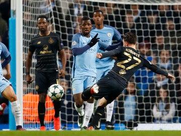Roberts lanza a puerta ante el Manchester City