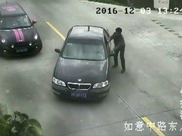 Frame 15.031066 de: Un conductor se olvida del freno de mano y su coche acaba en un río