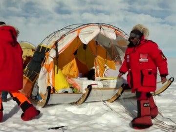 Frame 16.79111 de: Un grupo de exploradores españoles recorre la Antártida y el Ártico en un trineo de viento