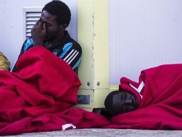 Unos inmigrantes rescatados de una patera