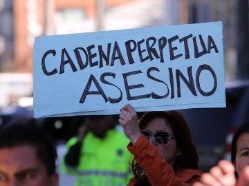 Uno de los carteles en la manifestación contra el presunto asesino de Yuliana, una niña colombiana de siete años