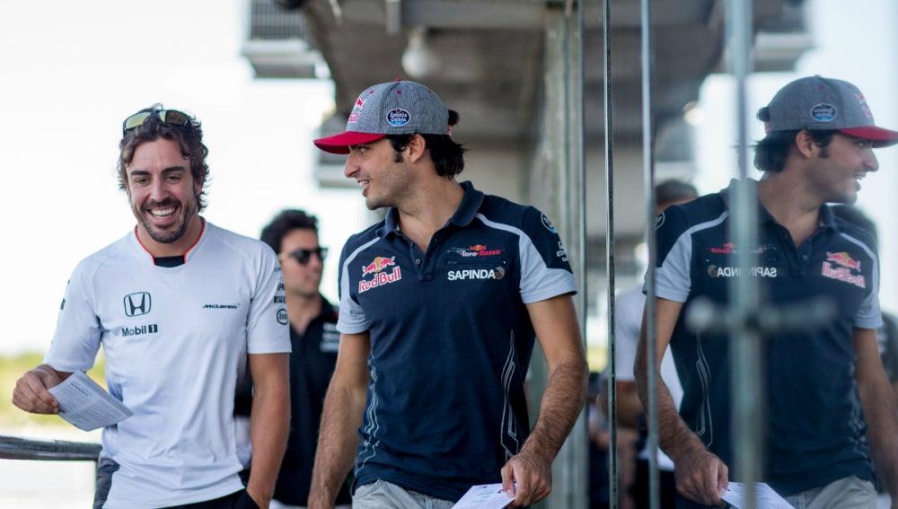 Alonso ríe con Sainz