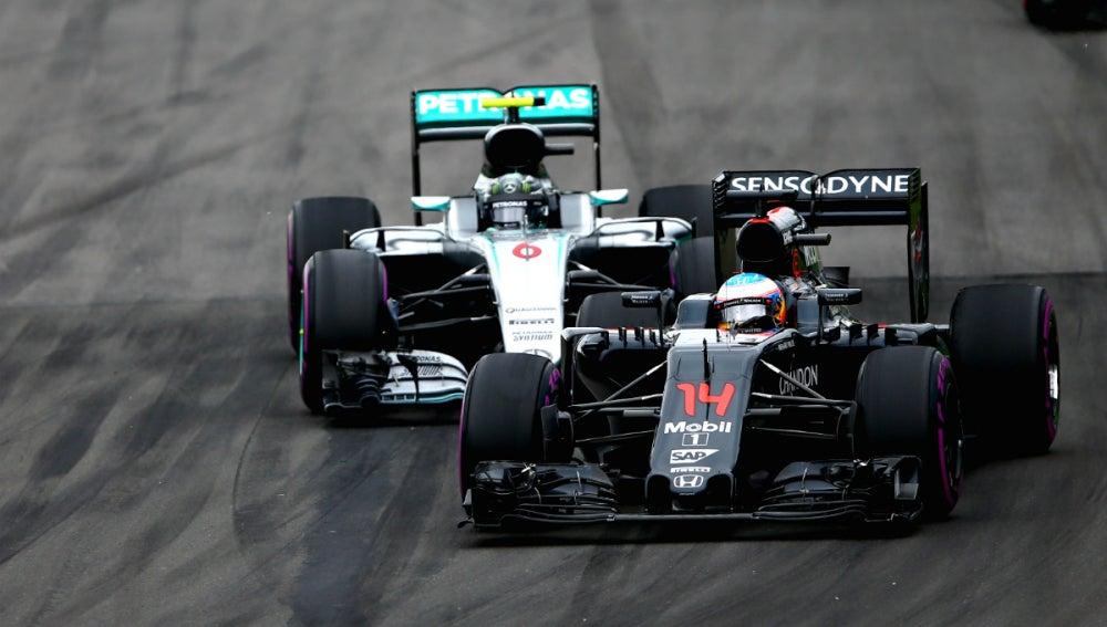 Alonso lucha con Rosberg