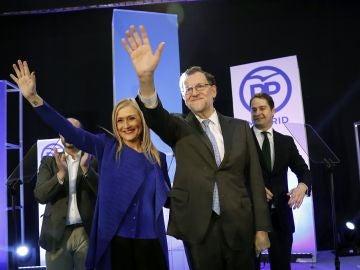 El presidente del Gobierno, Mariano Rajoy, y la presidenta de la Comunidad de Madrid, Cristina Cifuentes, durante la cena de Navidad del PP de Madrid