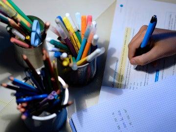 Un estudiante haciendo deberes