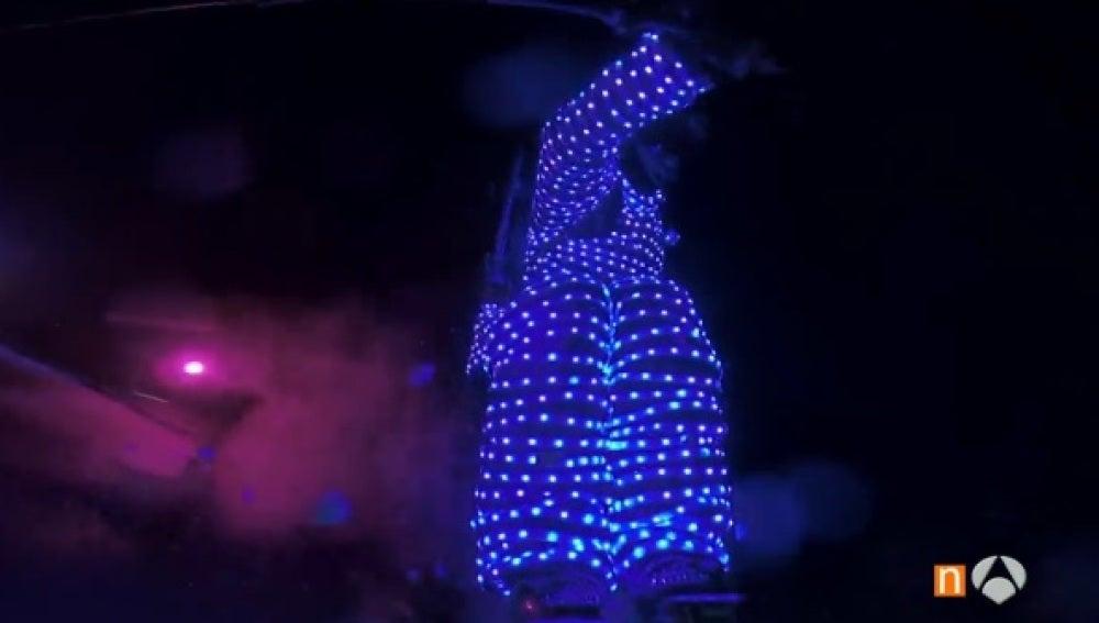 Un esquiador desciende en plena noche gracias a su traje de luces led