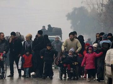 Sirios saliendo de la ciudad de Alepo