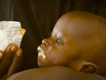Alimentan a un niño en Nigeria
