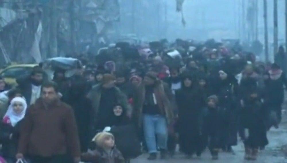 Frame 17.220587 de: Los autobuses que iban a transportar a los rebeldes y civiles de Alepo se han retirado y están regresando a sus bases