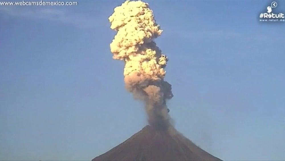 """Frame 16.756363 de: Llamativas explosiones de gas y ceniza en el """"Volcán Fuego"""", en México"""