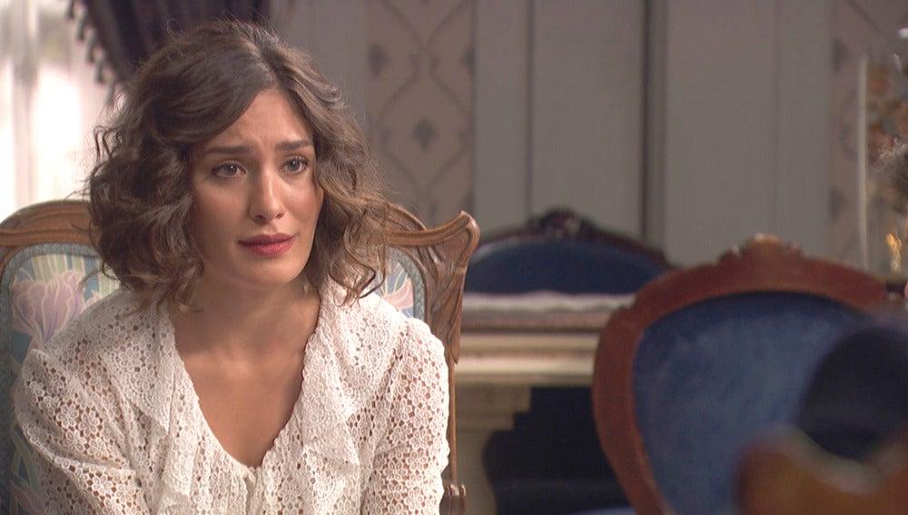 Camila, inestable, cae al suelo desmayada