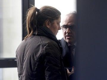 El abogado de la familia de Nadia con la madre de la pequeña