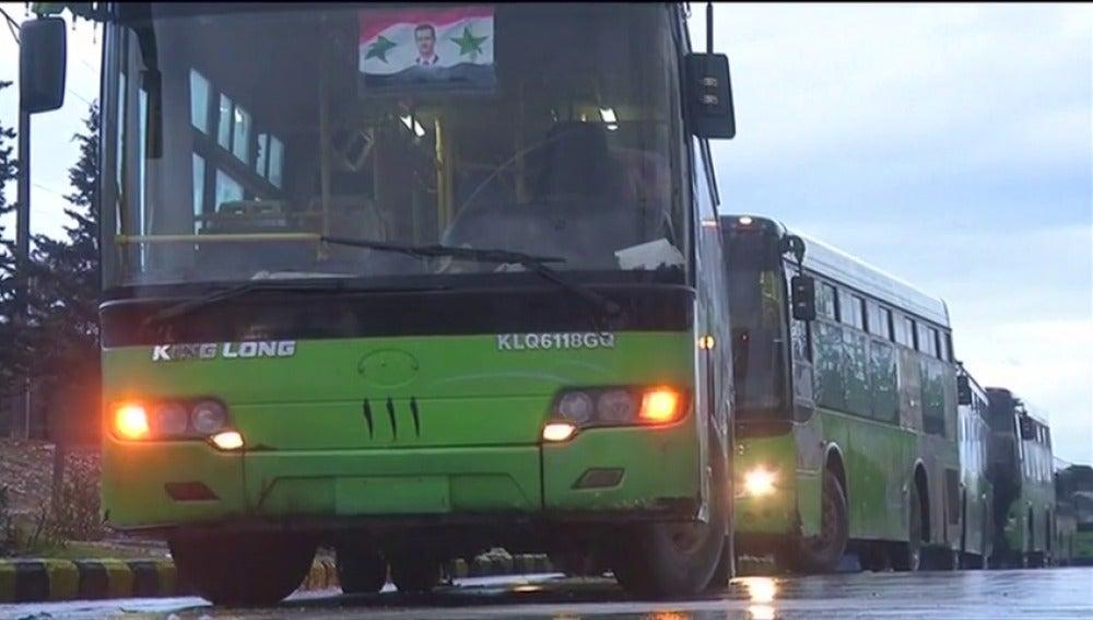Frame 15.18238 de: Los autobuses que iban a transportar a los rebeldes y civiles de Alepo se han retirado y están regresando a sus bases