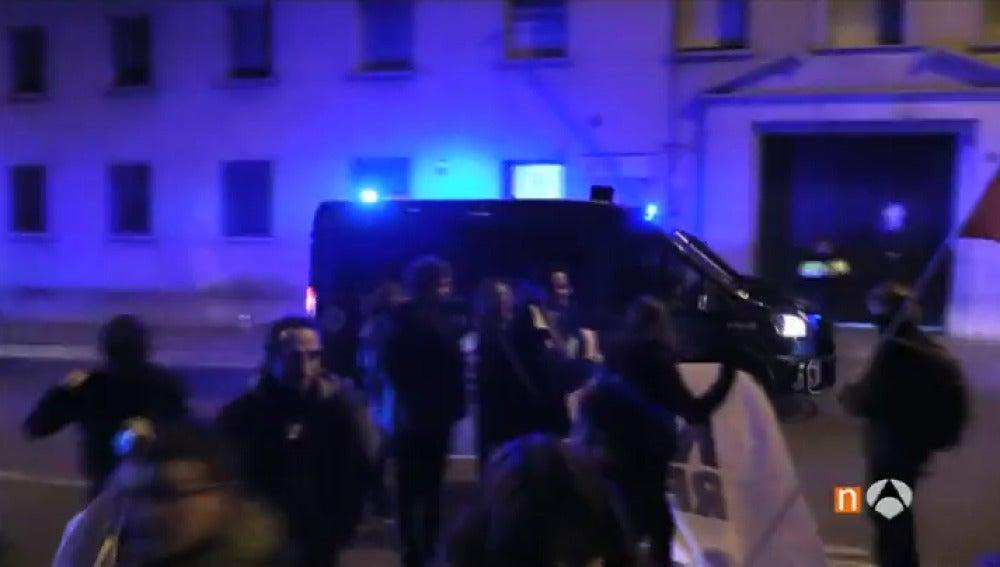 Frame 0.0 de: Un total de 100 independentistas queman fotos del Rey ante la Guardia Civil de Manresa