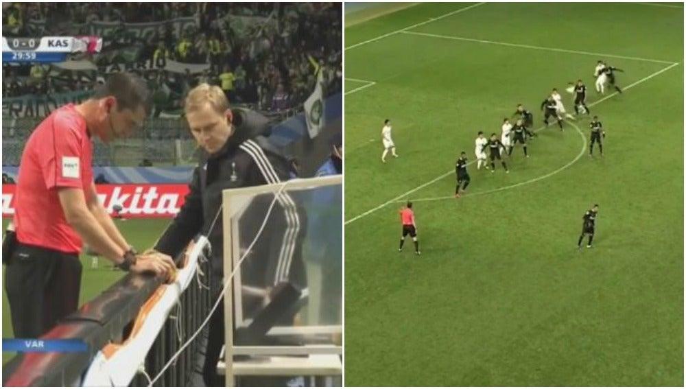 Kassai revisa el penalti que luego pita por videoarbitraje