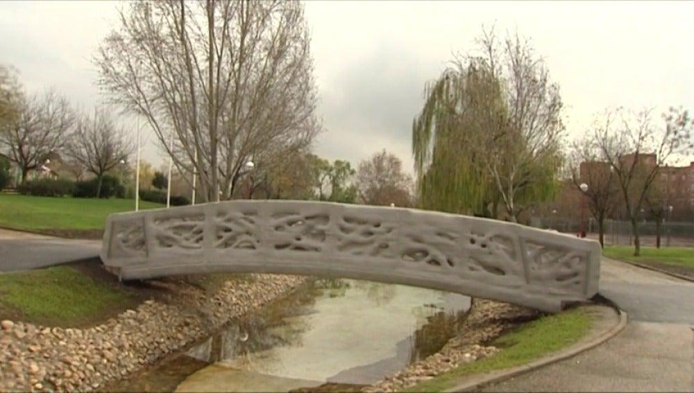 Frame 1.818938 de: Antena 3 Noticias visita el primer puente del mundo construido con una impresora 3D