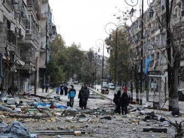 Varios civiles en una calle del este de Alepo