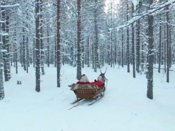 Frame 22.718776 de: Papá Noel ha llegado a su caso de Laponia para preparar los regalos de Navidad