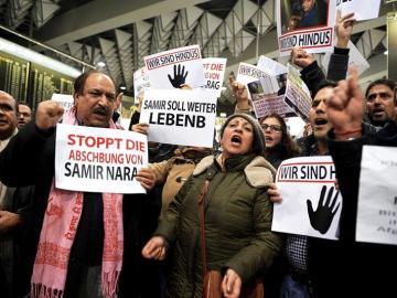 Activistas protestan por las deportaciones de afganos en Alemania