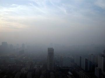 Edificios cubiertos por la niebla de la polución en China