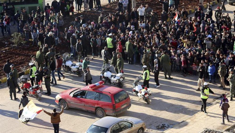 Civiles y combatientes esperan a ser evacuados en Alepo