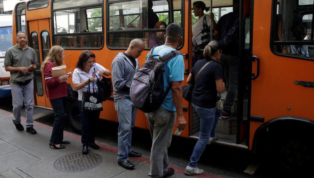 Gente subiendo a un autobús en Caracas