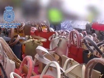 Frame 4.664725 de: Más de 50 detenidos por fabricar y vender bolsos de piel de marca falsos