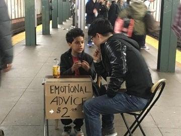 Un niño da consejos emocionales en el metro de Nueva York