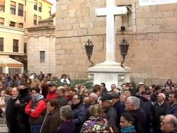 Frame 38.86492 de: La presión de los vecinos de un pueblo de Valencia impide la retirada de la Cruz de los Caídos de su plaza