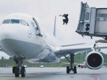 Frame 24.376448 de: Un especialista acróbata demuestra cómo sortea todos los obstáculos que encuentra en el Aeropuerto de Munich
