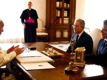 Frame 12.273813 de: El Papa insta a Santos y Uribe al diálogo sincero en este momento histórico