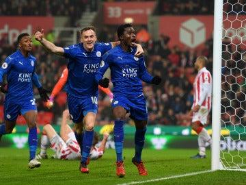 Daniel Amartey celebrando uno de los goles del Leicester