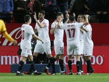 Los jugadores del Sevilla celebran un gol ante el Málaga