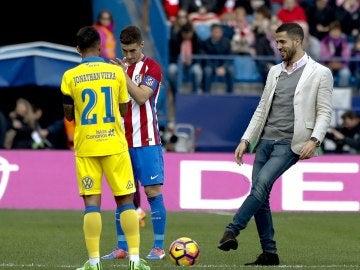 Álvaro Domínguez realizando el saque de honor