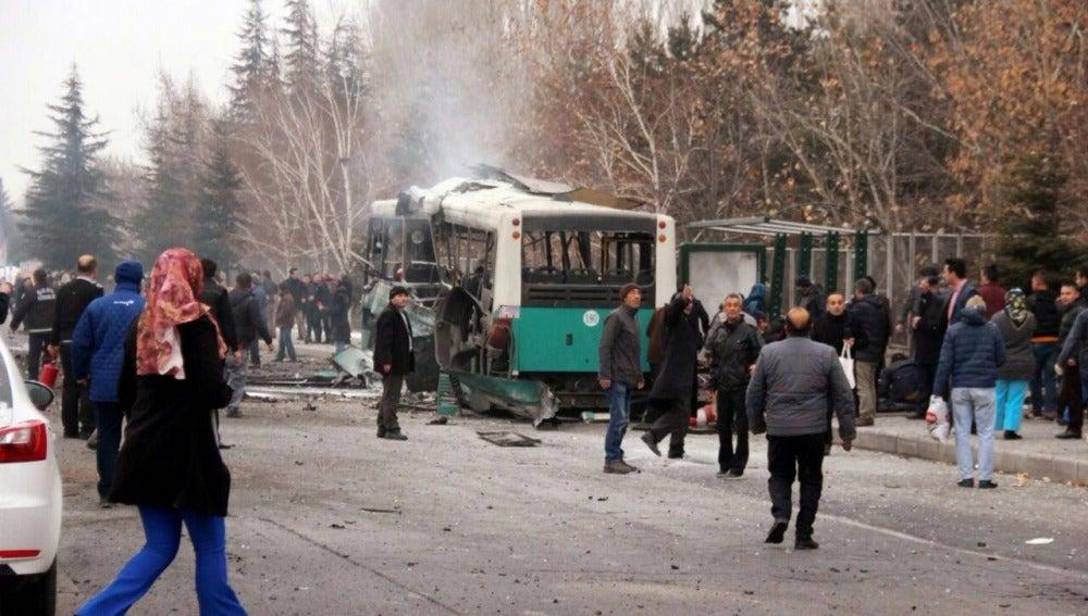 Varias personas contemplan los daños ocasionados tras la explosión en la Universidad Kayseri