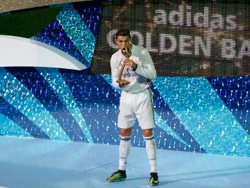 Cristiano Ronaldo recoge el premio al mejor jugador de la final