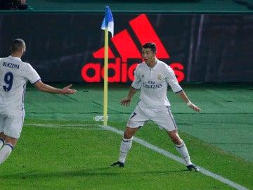 Cristiano Ronaldo y Benzema celebran un gol en la prórroga