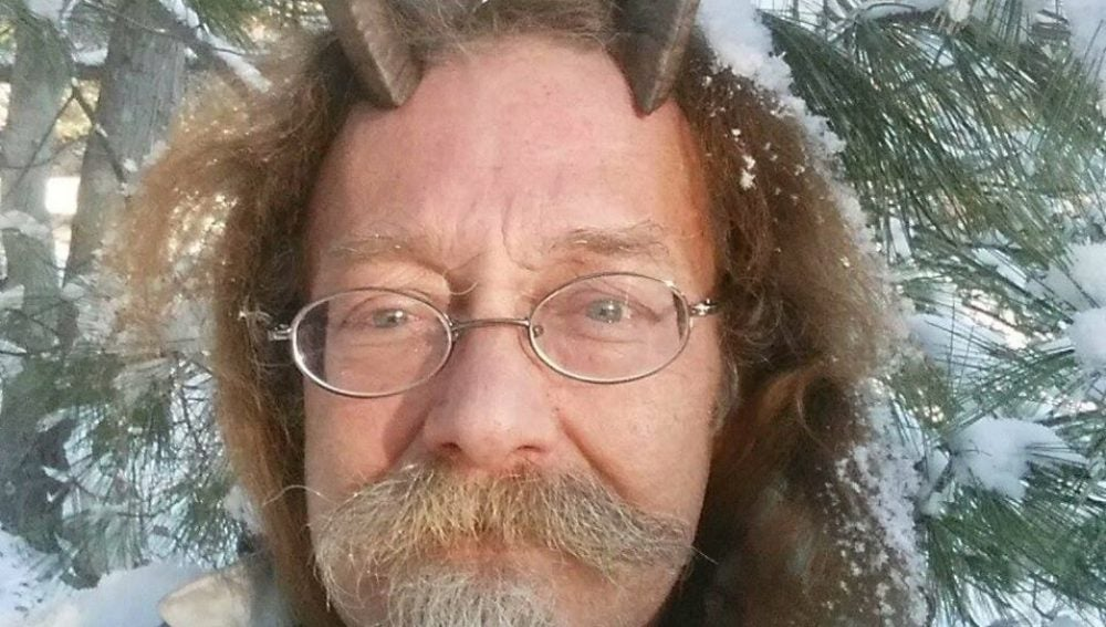 Phelan MoonSong, el hombre que ha conseguido aparecer en la foto de su carnet de conducir con cuernos en la cabeza
