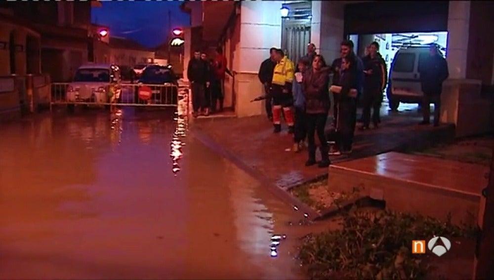 Frame 80.44 de: Los vecinos de Orihuela, en alerta por riesgo de desbordamiento del río Segura