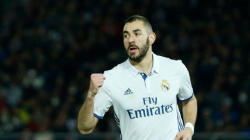 Benzema celebrando su gol