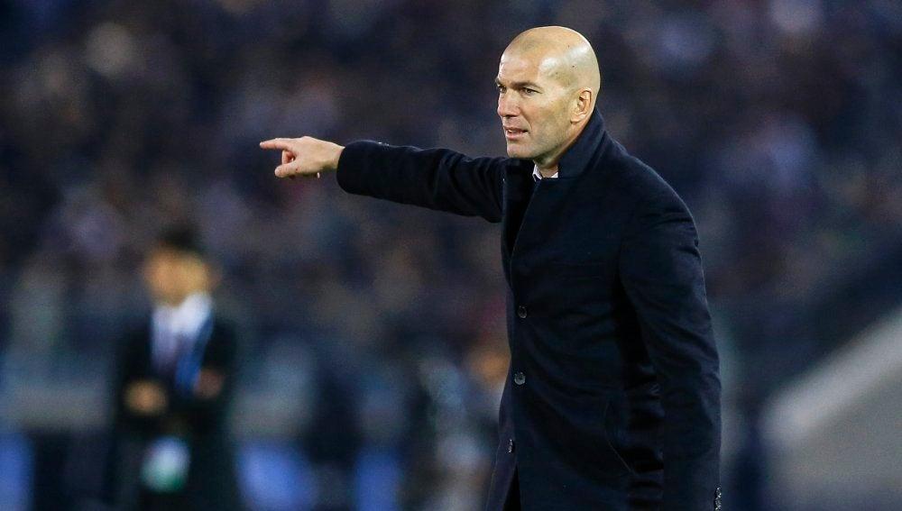 Zidane dando órdenes en un partido