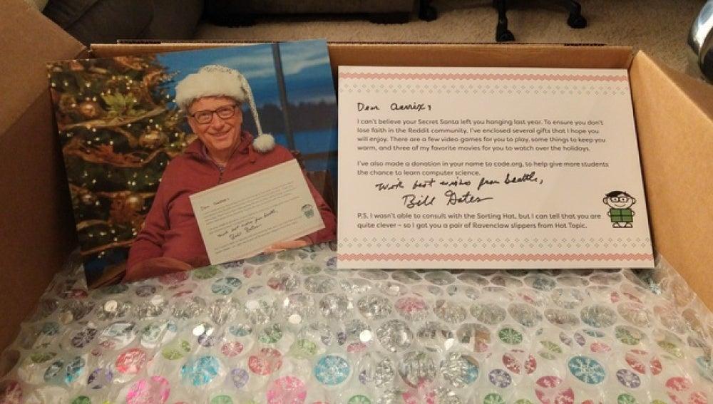 La carta de Bill Gates fue lo primero que vio al abrir la caja