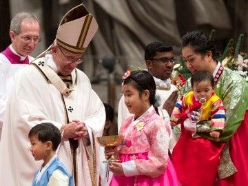 El Papa Francisco celebra la Misa del Gallo de Navidad sobre en la Basílica del Vaticano
