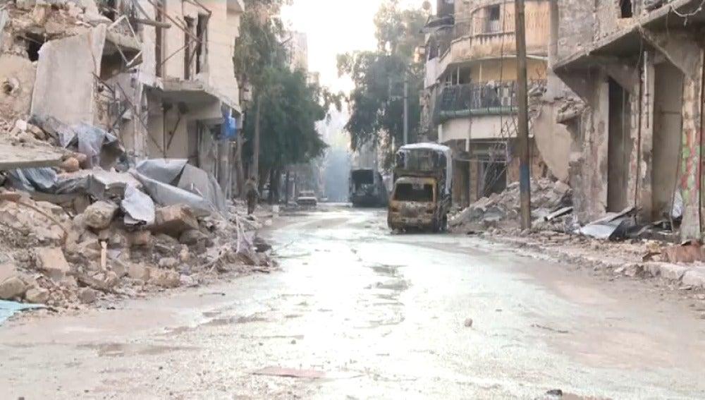 Frame 14.015731 de: Rusia halla fosas comunes en Alepo con decenas de cuerpos mutilados