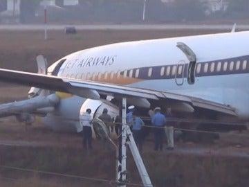 Frame 5.671695 de: Quince heridos al salirse un avión de la pista en la India
