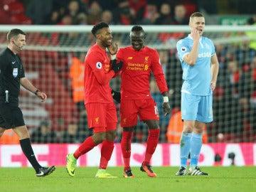 Sturridge y Sadio Mane celebran un gol ante el Stoke City