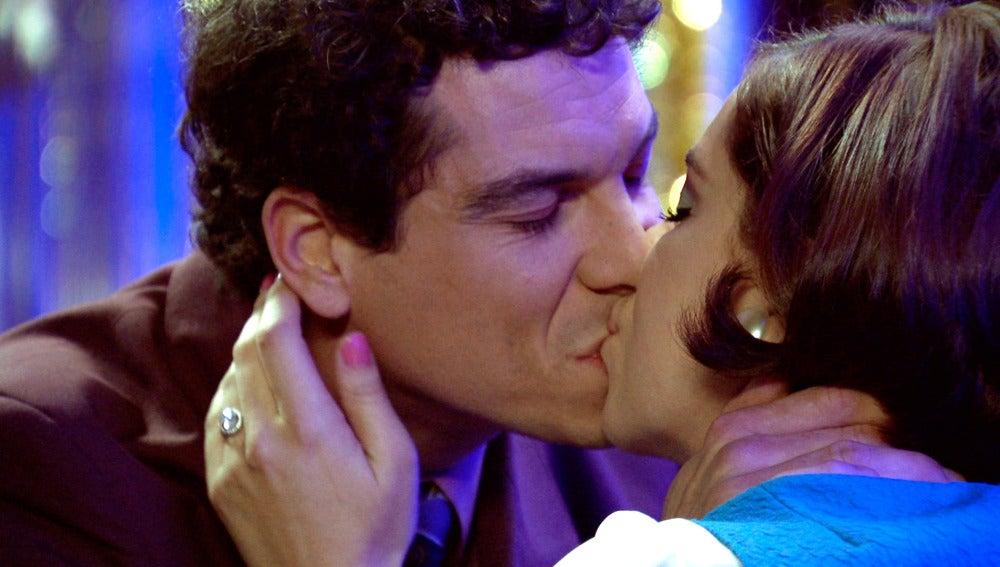 Marta es fotografiada besando a Rafael por última vez
