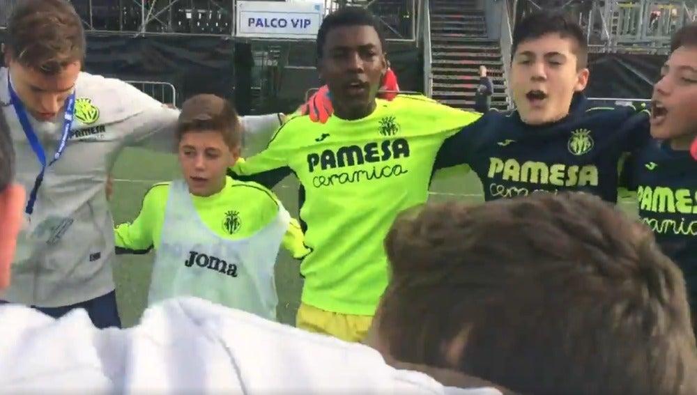 La arenga de los jugadores del Villarreal antes de su partido contra el Barcelona