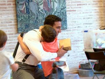 El entrañable regalo de Aitor Calderón a Miguel Ángel Silvestre en el último rodaje de 'Velvet'