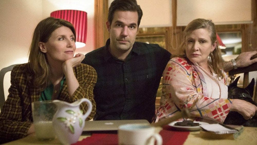 Los protagonistas de 'Catastrophe' junto a Carrie Fisher y su perro